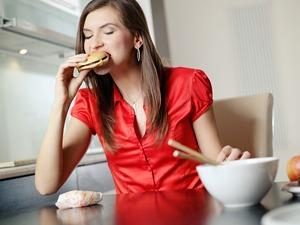 Comer más de tres veces al día previene la obesidad